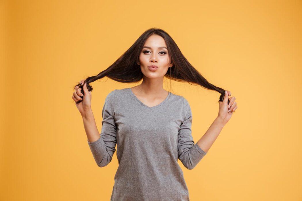 jak olej kokosowy wpływa na włosy