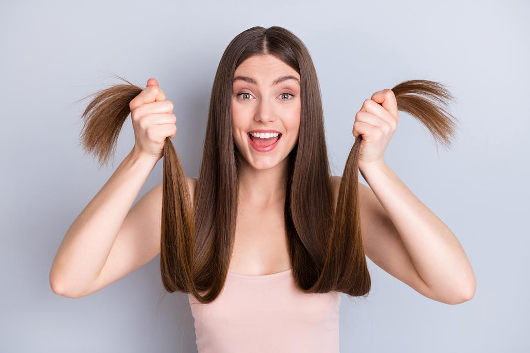 kobieta z długimi cienkimi włosami
